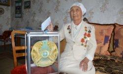 Мәншүк Мәметовамен бірге оқыған 95 жастағы Шырынкүл әже Президент сайлауында дауыс берді