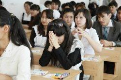 Мұғалімдер оқушылармен бірге сынама тест тапсырып жатыр