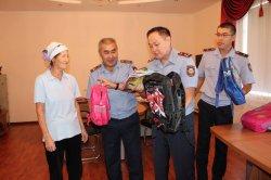 Қызылордалық полицейлер «Мектеп жол» акциясы аясында балаларға қуаныш сыйлады