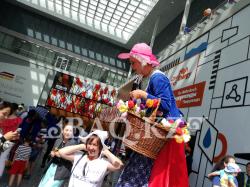 Голландиялық клоундар балаларға көтеріңкі көңіл-күй сыйлады